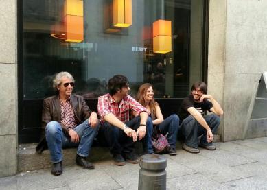 los cuatro esperando en la puerta de la costello
